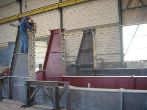 Konstrukcja stalowa w zakładzie z pracownikiem przy niej