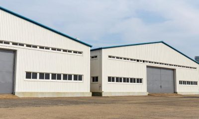 Dwa hangary stalowe obok siebie