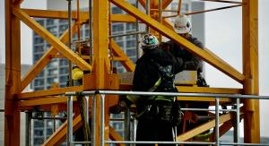 Pracownicy budujący konstrukcje stalowe