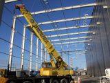 Dźwig Taskomont-3 podczas pracy nad konstrukcją stalową
