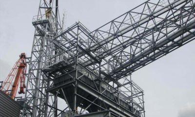 Potężna konstrukcja stalowa widziana z dołu